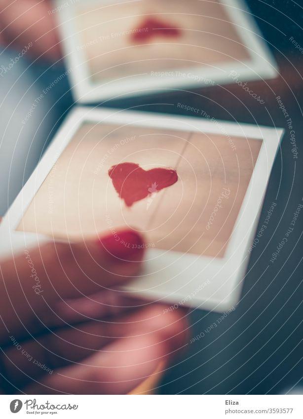 Liebe geben Herz Polaroid Erinnerung Spiegel Selbstliebe Spiegelung Gefühle Foto Frau Hand Nagellack lackierte nägel Verliebtheit Entwurf blau