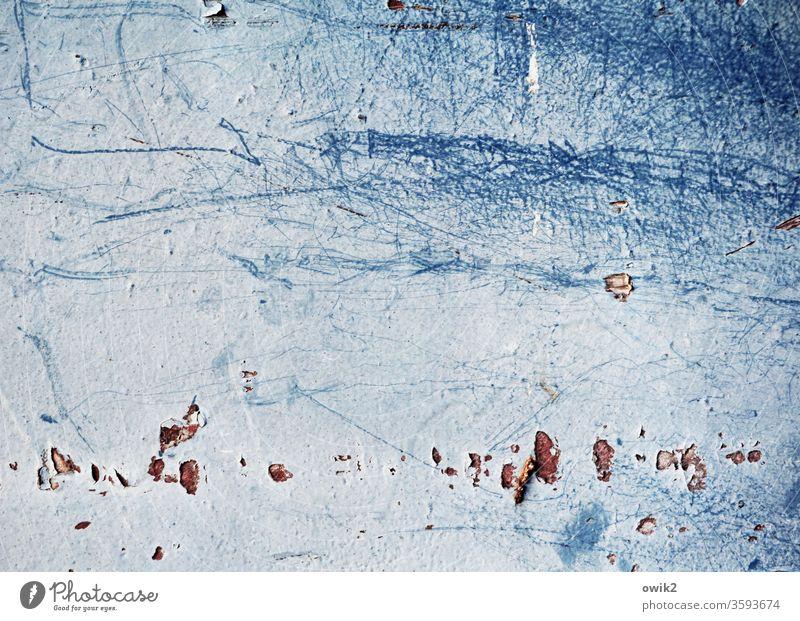 Es sammelt sich Wand Blech Farbe unklar Kratzer abblättern Zahn der Zeit marode Spuren blau Detailaufnahme alt Menschenleer Strukturen & Formen Außenaufnahme