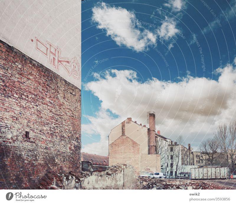 Gutes altes Görlitz Ruine Abrissgebäude schäbig Leerstand historisch Umwelt Kontrast Baustelle Himmel Schatten Mauerreste braun Textfreiraum oben Innenaufnahme