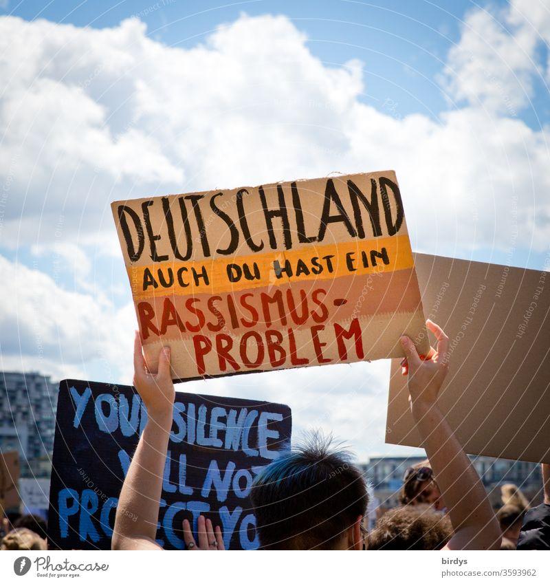 """Auch Deutschland hat ein Rassismusproblem. Demonstration in Köln """" blacklivematters """" gegen Rassismus , Auslöser des Protests war der durch Polizeigewalt zu Tode gekommene Schwarze George Floyd."""