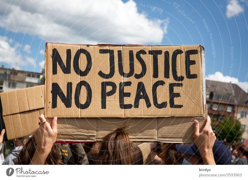 No justice - no peace. keine Gerechtigkeit - kein Frieden. Pappschild mit Aufschrift auf black lives matter - Demonstration gegen Rassismus und Polizeigewalt