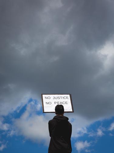 Keine Gerchtigkeit - kein Frieden . Demonstration in Köln, blacklivesmatter, BLM,  gegen Rassismus , Auslöser des Protests war der durch Polizeigewalt zu Tode gekommene Schwarze George Floyd