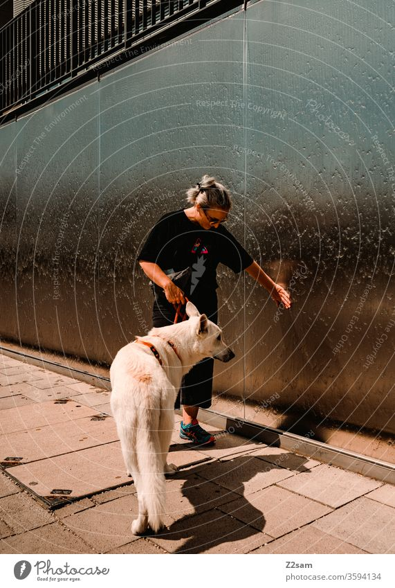 Weißer Schäferhund beim Gassi gehen gassi gehen neugierig unbekannt wasser brunnen schäferhund weiß frau blond junge frau ängstlich unsicher kommunikation stadt