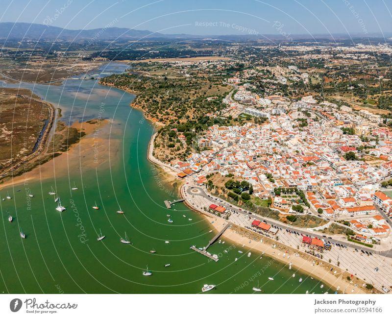 Luftaufnahme der Natur und der Stadt Alvor, Algarve, Portugal alvor Seeküste Meereslandschaft MEER Bucht Antenne Landschaft Jachthafen alvor portugal