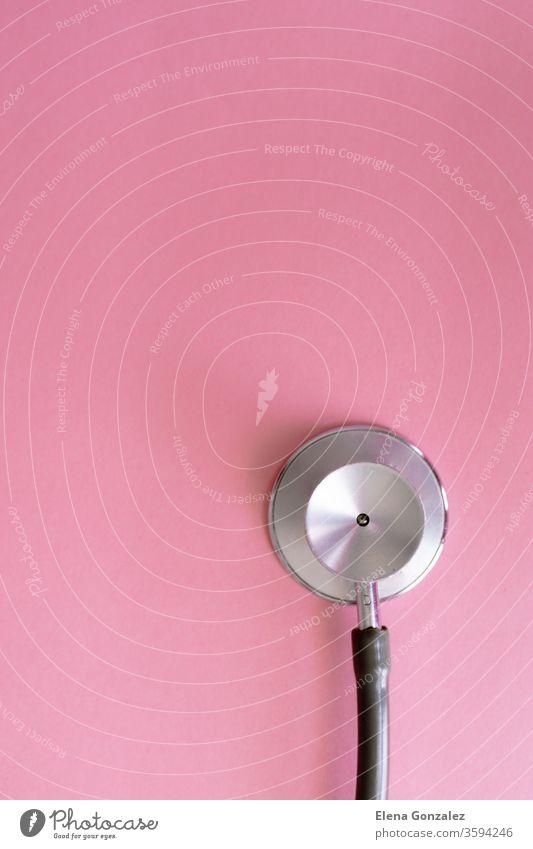 Draufsicht des Stethoskops auf rosa Hintergrund zur Prävention von Coronaviren. Covid-19-Kit. Platz zum Kopieren. Medizinisches Konzept. flache Verlegung