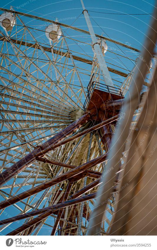 Porträt einer Ansicht von unten des Riesenrads des Vergnügungsparks Skyranch Vergnügen Anziehungskraft Hintergrund Bayern blau Karneval Karussell Feier Kälte
