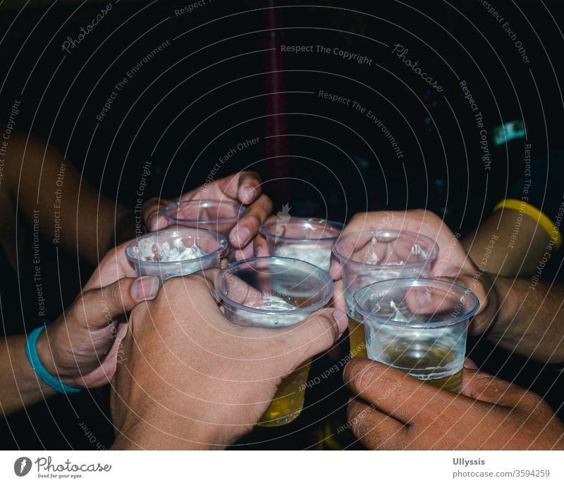 Menschen, die zu einer Feier auf Bier anstoßen Alkohol Bar Getränk Schnaps Brauerei feiern zu feiern Feiern Champagne jubelt Prost Bier Cheers-Drinks
