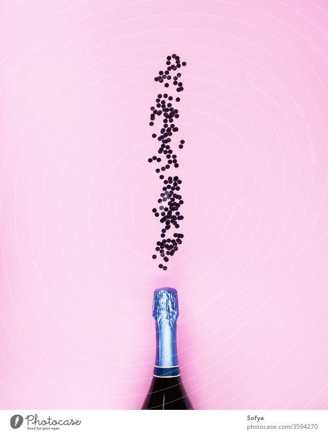 Champagnerflasche und Konfetti fließen auf rosa Neujahr Blasen Flasche Alkohol Feiertag Valentinsgruß Jahrestag Party Termin & Datum festlich Geburtstag Netz