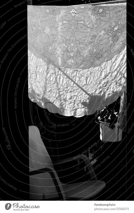 bestickte Tischdecke auf Wäscheleine Stickkunst Stickereien Balkon Häusliches Leben trocknen Schwarzweißfoto Alltagsfotografie aufhängen Waschtag