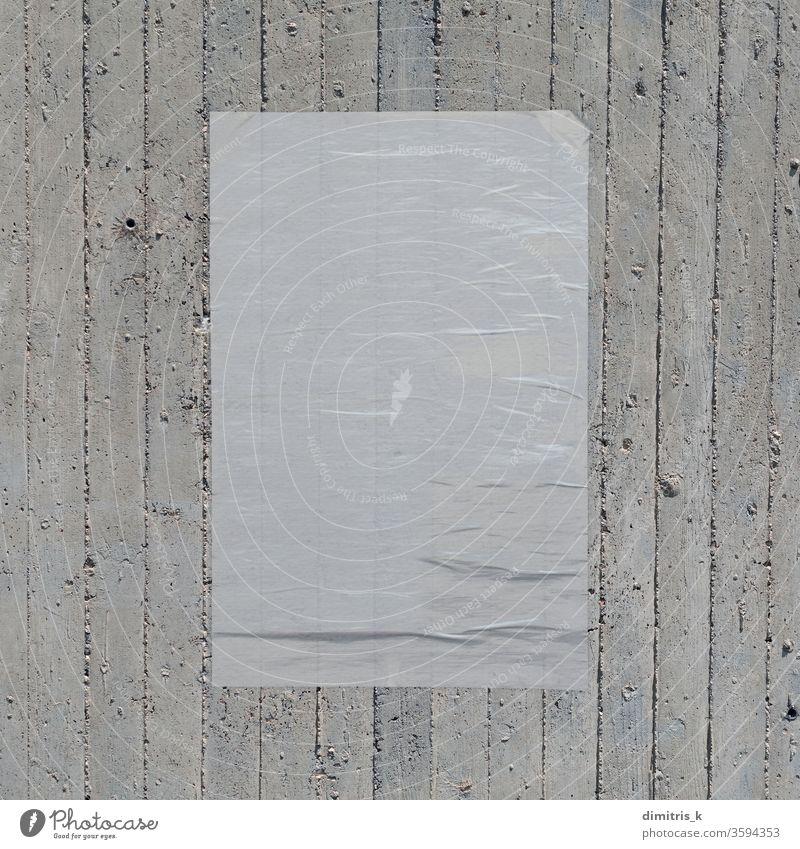 weißes zerknittertes Poster auf Betonwandhintergrund Plakat Wand Hintergrund Attrappe blanko Papier Weizenpaste Designelement leer texturiert rau schäbig
