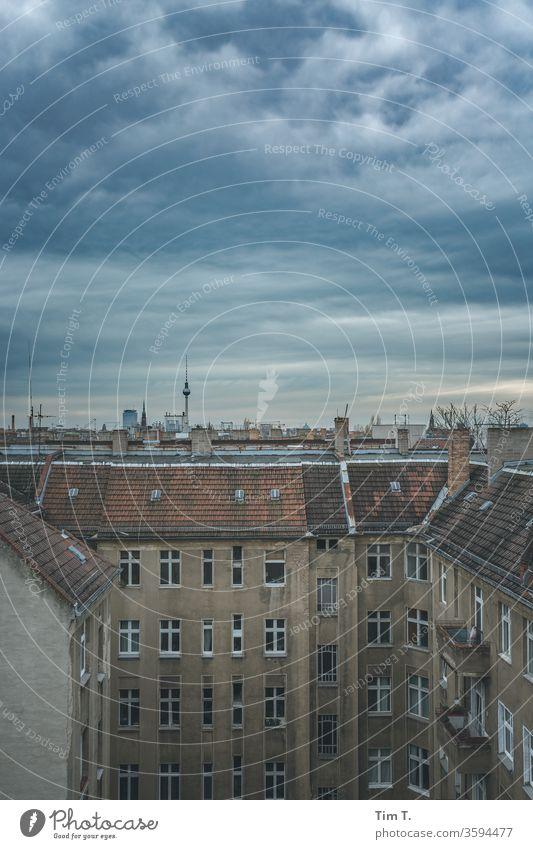 der Himmel über Berlin Altbau Prenzlauer Berg Altstadt Stadtzentrum Außenaufnahme Hauptstadt Menschenleer Tag Haus Farbfoto Fenster Bauwerk Gebäude Hinterhof