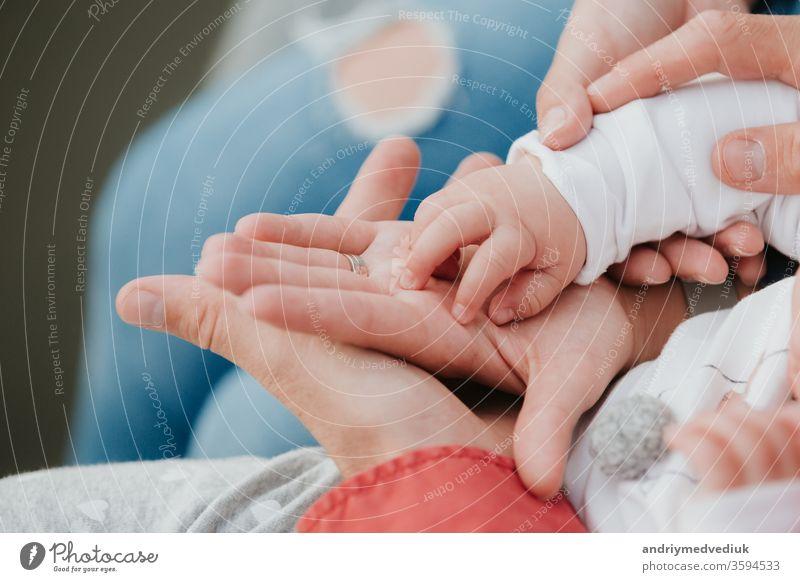 Mama und Papa halten die Hand des Babys. Griff der Kinder neugeboren Mutter Eltern Halt jung Vater Familie Menschen Hintergrund Hände Kaukasier wenig Sohn Liebe