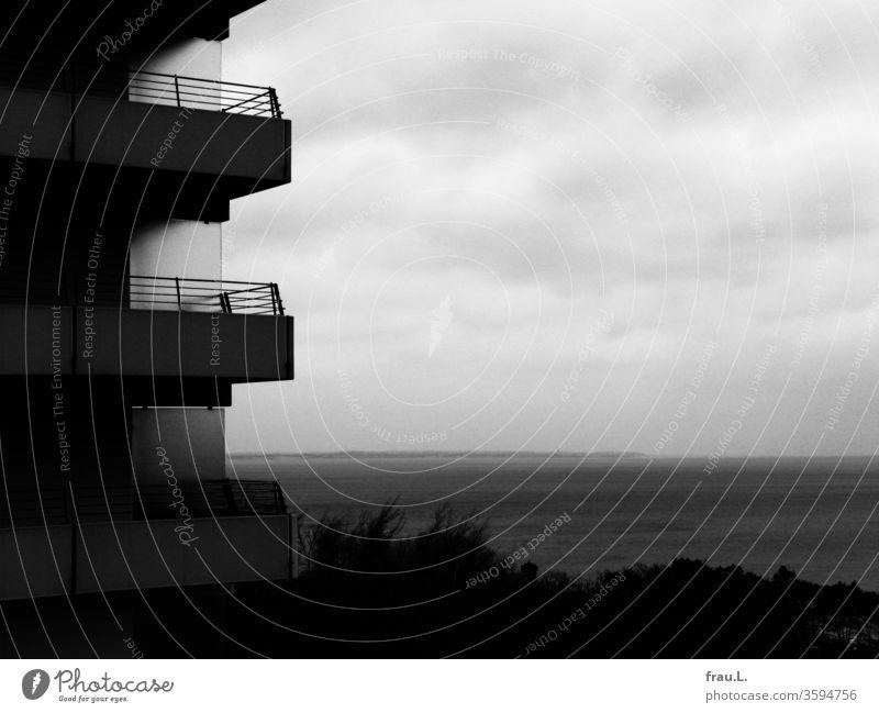 Eine angebliche Perle an der Ostsee: Bettenburgen aus Beton, grauer Himmel, graues Meer und kahle Bäume. Urlaub Timmendorfer Strand Winter öde hässlich Hotel