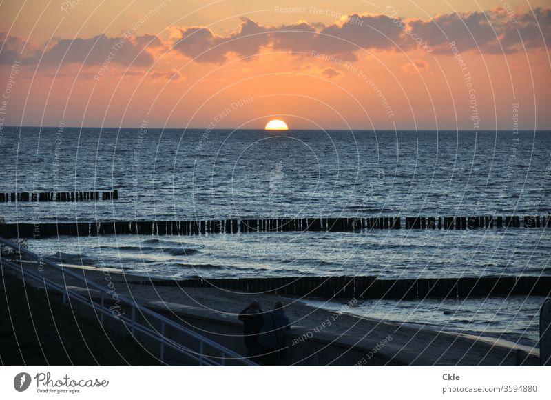 Kühlungsborn Ostsee Strand Buhne Sonnenuntergang Meer Abend Wellen Zuschauer Ausblick Romantik Wolken Himmel Wasser Küste Natur Farbfoto Außenaufnahme