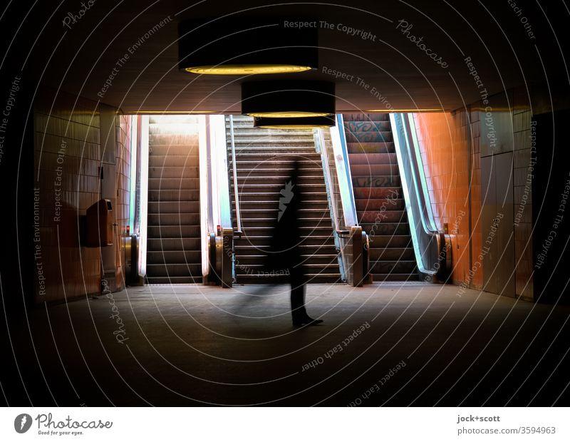 ein Gangbild im Untergrund am Licht vorbei Bewegungsunschärfe Silhouette Schatten Unterführung gehen Wege & Pfade Tunnel Durchgang Gegenlicht Symmetrie