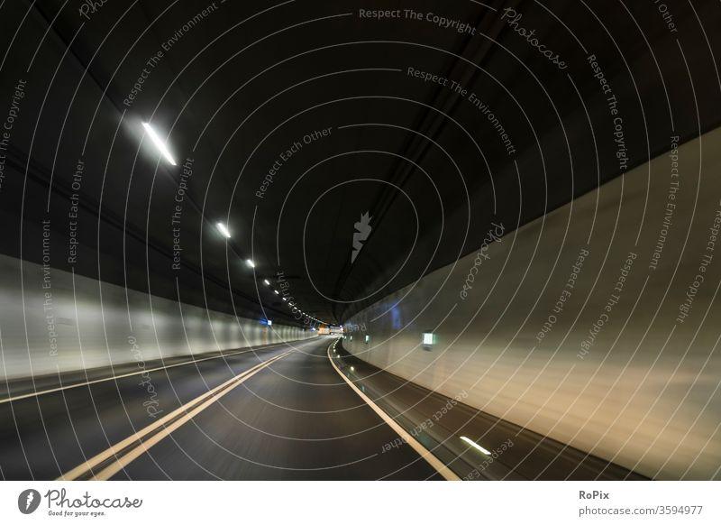 Flott unterwegs im Untergrund. Tunnel Straße Autobahn motorway Geschwindigkeit speed crossing Unterführung Bewegung Rohr Technik Infrastruktur Stadt Verkehr