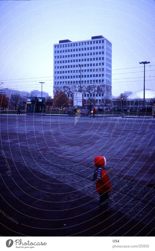 Rotkäpchen Mädchen Einsamkeit Berlin Architektur verloren vergessen Alexanderplatz Kind