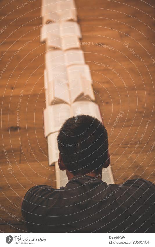 viele offene Bücher Buch lesen bildung gebildet lernen Parkettboden Holzboden Buchseite Bildung Studium Schule Farbfoto Weisheit Bibliothek Wissenschaften