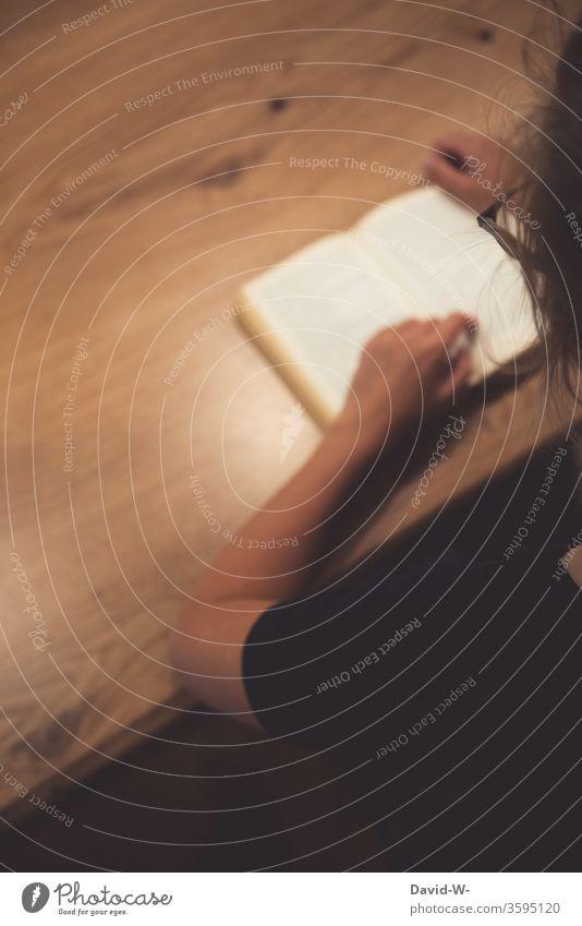 Frau liest ein Buch alt Bücher lesen bildung gebildet lernen Buchseite Bildung Studium Schule Farbfoto Weisheit Bibliothek Wissenschaften Literatur Papier weiß