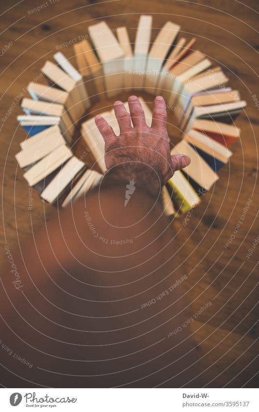 Bücherkreis - Bücher bilden einen Kreis Buch lesen bildung gebildet lernen Parkettboden Holzboden Buchseite Bildung Studium Schule Farbfoto Weisheit Bibliothek