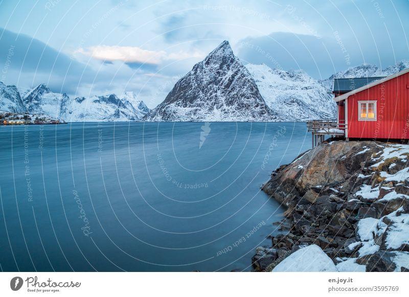 """rote Fischerhütte am Fjord im Winter Lofoten,"""" Olstinden Hamnøy Reinefjorden Rorbuer Hütte Hamnöy Stelzenhaus Wasser Winterurlaub Haus Ferienhaus Idylle Urlaub"""