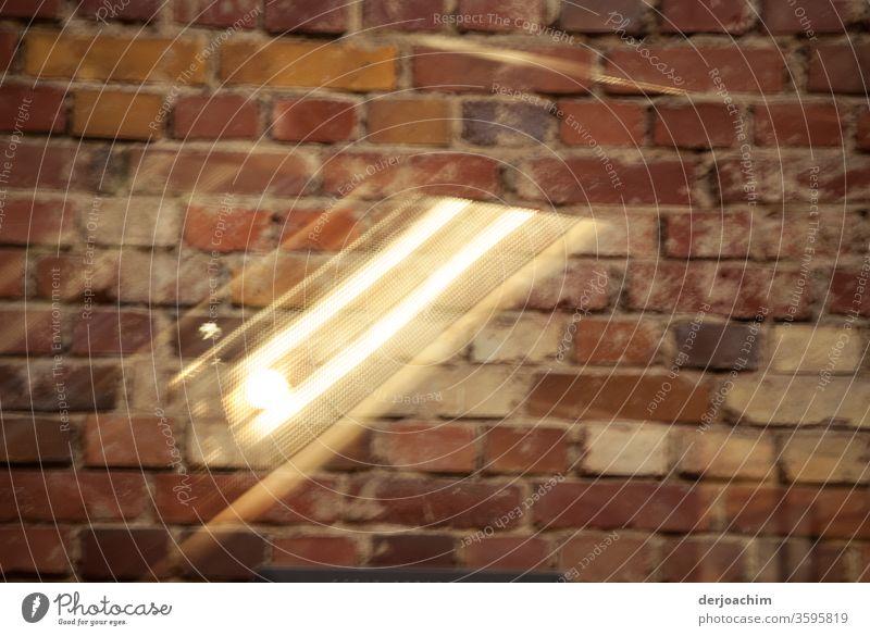 Licht Reflexion von einem Fenster mit Streifen  ,  mit Hintergrund an einer Mauer. Spiegelung Reflexion u. Spiegelung Tag Gebäude Architektur Bauwerk Kontrast