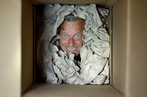 trusted shop Paket packen Verpackung check Gesicht prüfender blick Karton Farbfoto Geschenk Innenaufnahme Menschenleer Freude Tag Güterverkehr & Logistik