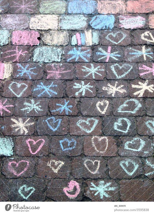Herzchen und Sternchen auf dem Weg Kreide Straße zeichnung Kind kindlich Straßenmalerei Kreidezeichnung Corona bunt Zeichnung Farbfoto Spielen Kindheit
