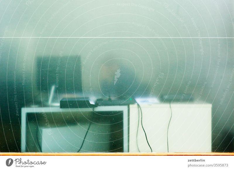 Schaufenster schaufenster scheibe glas glasscheibe durchsichtig transparent transluzent schreibtisch büro arbeitsplatz transparenz lobbycontrol büroarbeitsplatz