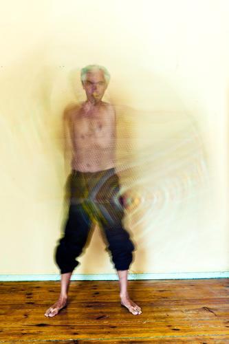 Der bewegte Mann aktion bewegundsunschärfe bewegung bunt chaos decke drehung geist gespenst gestik mann mensch person schauspiel schemenhaft stehen tanz