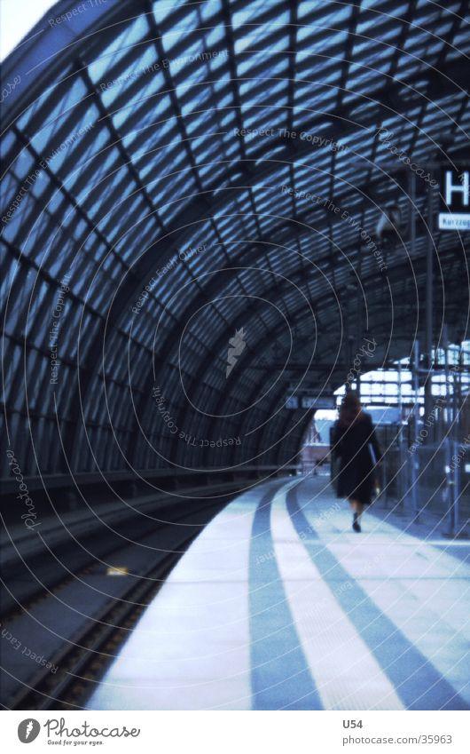 Sehnsucht Frau Eisenbahn Ankunft Zukunft Bahnsteig Lehrter Bahnhof Architektur warten Berlin
