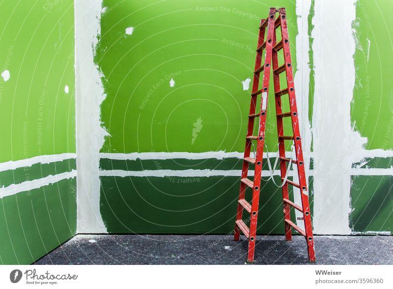 Rote Leiter vor grüner Wand rot streichen renovieren Museum neu Ausstellung Innenaufnahme Umzug (Wohnungswechsel) Renovieren Textfreiraum oben Farbe Handwerk