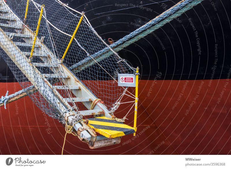 Treppe führt auf ein Schiff, Zugang verboten Schiffstreppe Leiter Netz Schiffswand Zutritt verboten Meer Hafen Schilder & Markierungen Seil Verbotsschild hoch