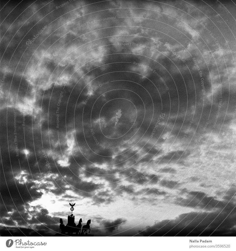 Düster der Himmel, klein die Quadriga düster Wolken Sonnenuntergang Nike Silhouette Schwarzweißfoto analog Analogfoto Sehenswürdigkeit Brandenburger Tor