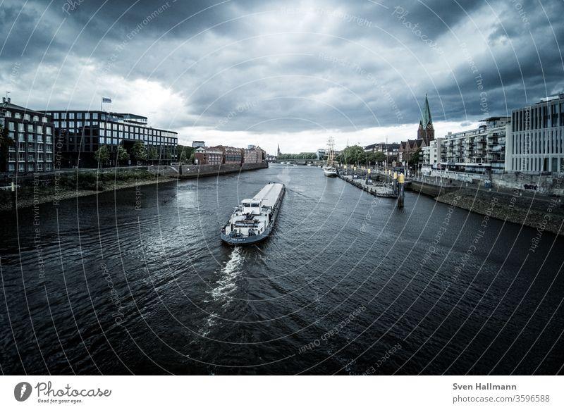 Einsames Schiff auf der Weser in Bremen Meer Wasser Boot blau Himmel Wasserfahrzeug reisen nautisch Schifffahrt Küste Verkehr Außenaufnahme Spedition maritim
