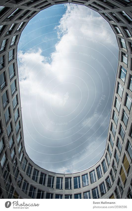 Blick nach oben aus ovalem Gebäude Architektur Fassade abstrakt modern Farbfoto groß Himmel Perspektive Fenster Symmetrie Stil Froschperspektive