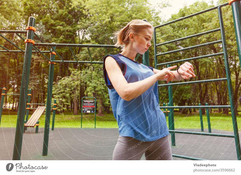 Frau benutzt Aktivitäts-Tracker im Fitnessstudio Sport Technik & Technologie Handgelenk tragbar bewerten passen Übung klug Herz Puls Gerät zuschauen Training