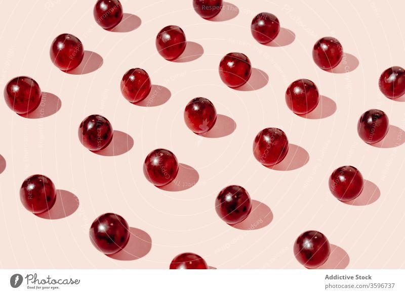 Weintrauben in Reihen auf rosa Hintergrund Traube Muster sehr wenige Linie Frucht reif gesunde Ernährung quadratische Form Atelier Vitamin lecker Lebensmittel