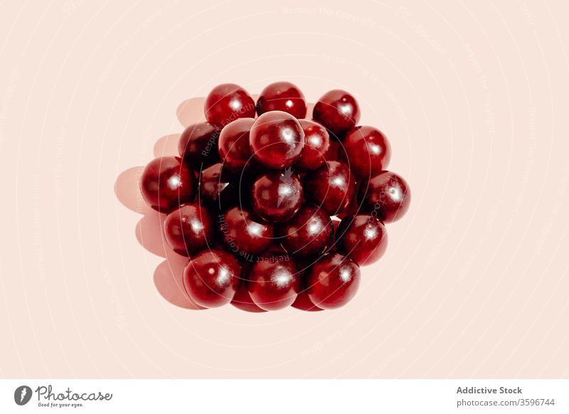 Gestapelte Weintrauben auf rosa Hintergrund Traube Haufen sehr wenige Stapel Frucht reif gesunde Ernährung Atelier Vitamin lecker Lebensmittel frisch