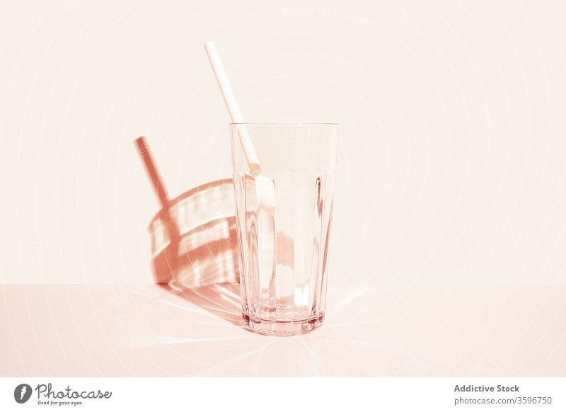Leeres Glas mit Strohhalm im Atelier leer Glaswaren Kristalle trinken Getränk Erfrischung durchsichtig kalt Kunststoff Sommer dienen kreativ einfach sehr wenige
