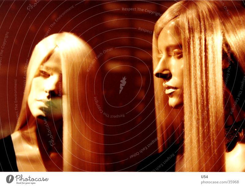 schwestern #2 blond Model obskur Haare & Frisuren gestellt Puppe Gesicht Statue