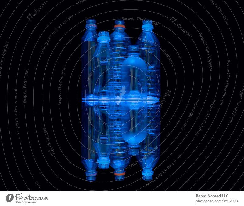 Neonblau beleuchtete, durchsichtige Recycling-Wasserflaschen aus Plastik. Flasche Kunststoff trinken liquide Sauberkeit übersichtlich Hintergrund Getränk cool