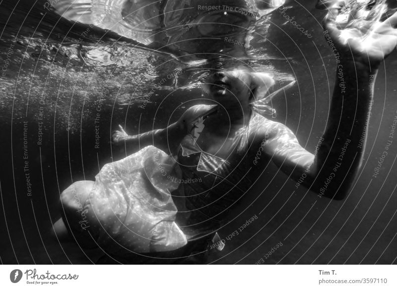 Wassernixe Im Wasser treiben liepnitzsee Schwimmen & Baden See Mädchen girl woman Unterwasseraufnahme Kleid tauchen Frau nass Mensch feminin Junge Frau