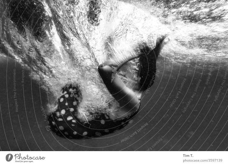 Kaltes Klares Wasser Unterwasseraufnahme eintauchend Frau Mädchen Schwimmen & Baden Ferien & Urlaub & Reisen See Kleid blasen Nixe Spielen