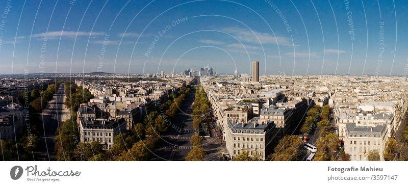 Panoramablick vom Triumphbogen am Arche de la Defense in Paris in den 16 Arrodisement im Herbst unter blauem Himmel Arche de la Défense Europa Frankreich
