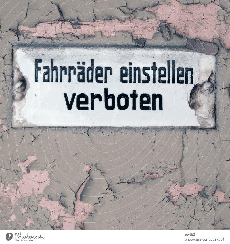 Alt und Verboten Schild alt 1920er Jahre früher Vergänglichkeit Vergangenheit Tür Farbe historisch abblättern Risse Spuren Zahn der Zeit Buchstaben Verbor