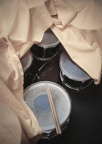 Kunstpause Schlagzeug zugedeckt Musik Musikinstrument Trommel Snare Tom Tom sticks Becken Rhythmus Menschenleer Detailaufnahme Farbfoto Pause Innenaufnahme