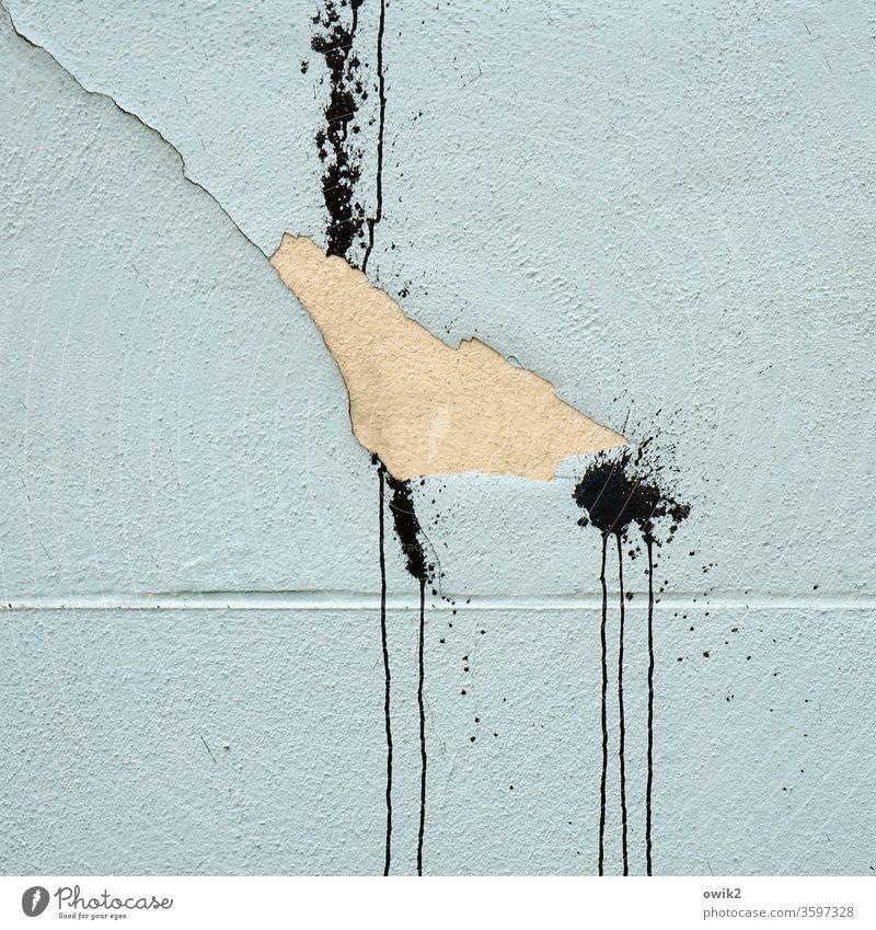 Ärgerlich Wand Fassade Riss Farbe Kleckse Streifen Nasen Spuren Aggression Gewalt Zorn Wut Außenaufnahme Farbfoto Menschenleer Mauer Strukturen & Formen Tag