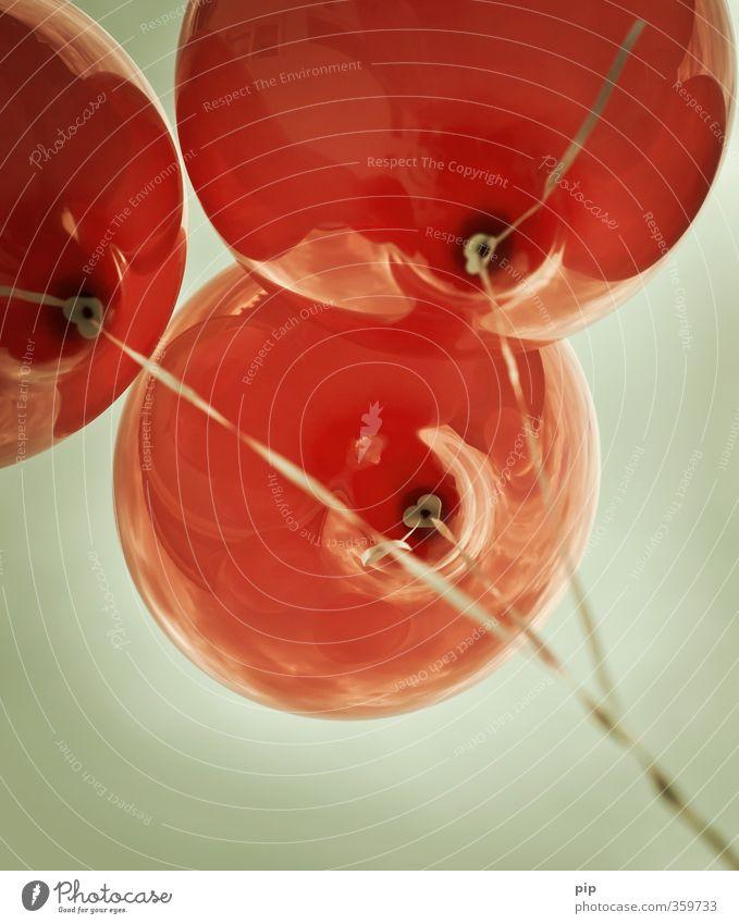 3 Himmel Luftballon fliegen rot Ferien & Urlaub & Reisen Freiheit oben steigend Schnur Zusammenhalt Helium aufsteigen Farbfoto Gedeckte Farben Außenaufnahme