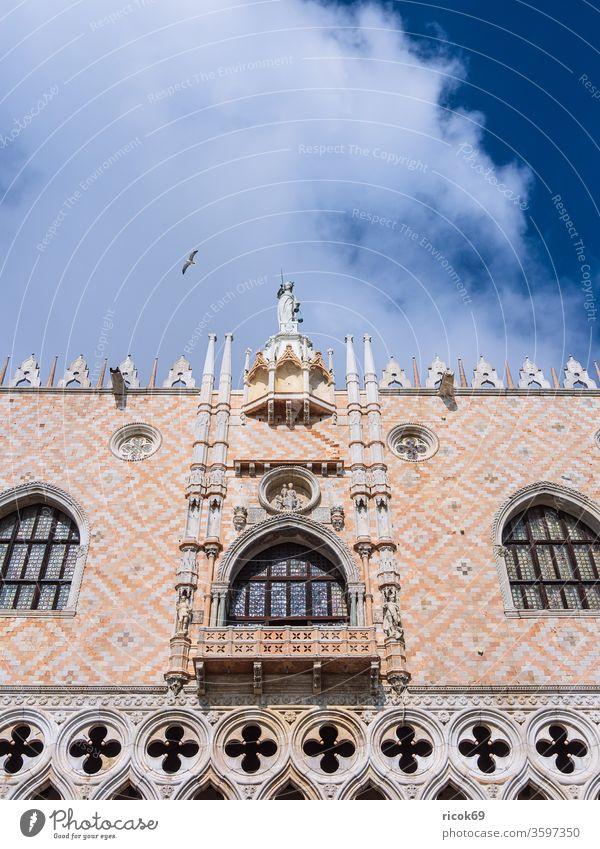 Blick auf historische Gebäude in Venedig, Italien Markusplatz Dogenpalast Palazzo Ducale Urlaub Reise Stadt Architektur Barock Haus alt Bauwerk Sehenswürdigkeit
